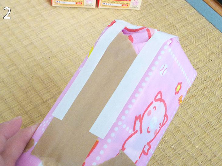 座面中央の牛乳パックの四角柱にクッションカバーをガムテーブで貼る