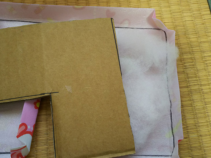 座面にぴったりはまるように切ったカバーと段ボールの間に綿をつめた写真