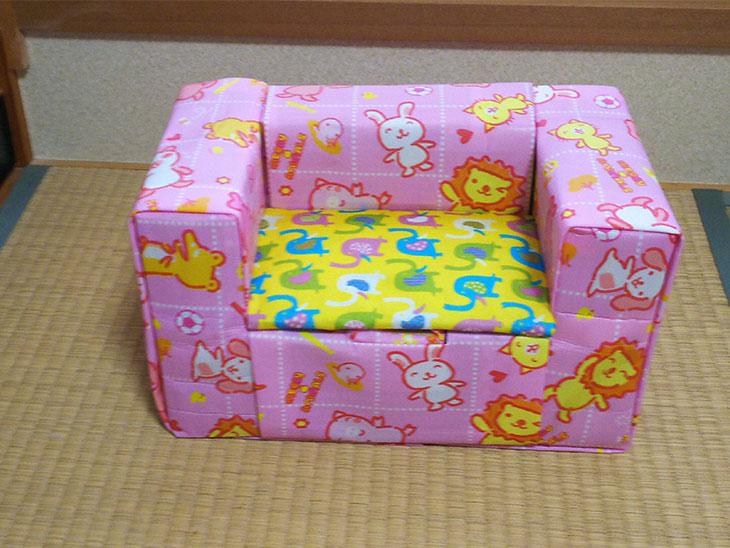 バンボ型からキッズソファへリメイクした牛乳パック椅子の写真