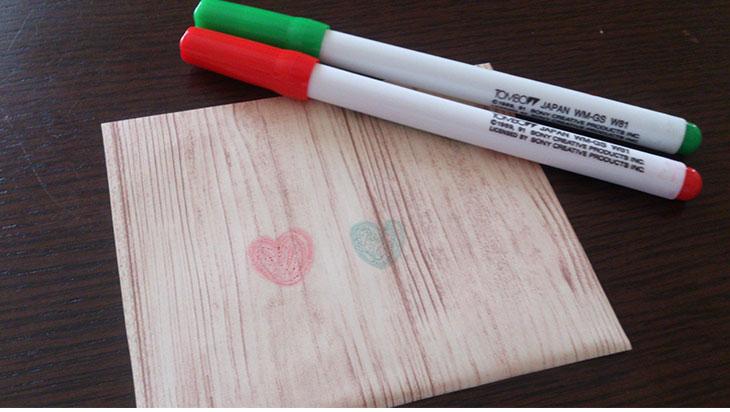 水性ペンで落書きしたリメイクシートと水性ペンの写真