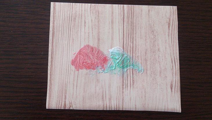 水性ペンの汚れに歯磨き粉をつけて擦ったリメイクシートの写真