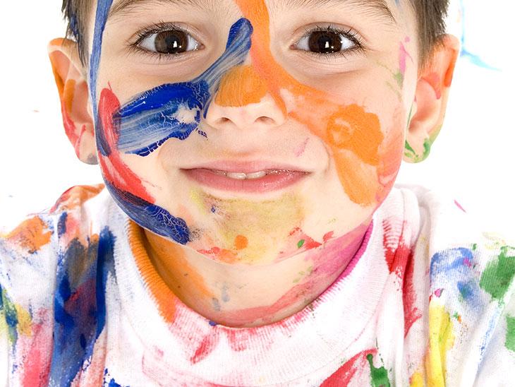 顔に絵の具を塗った子供