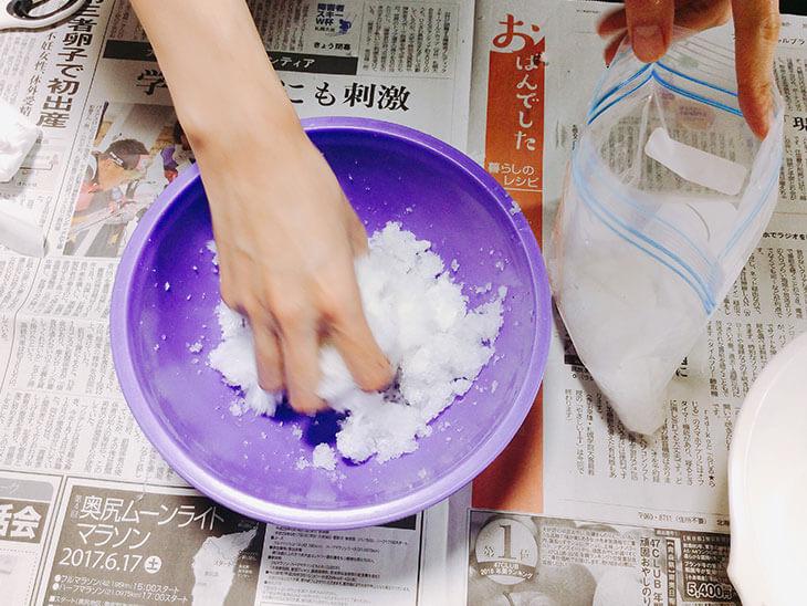 水を吸った高分子吸収体をジップ式の冷凍用保存袋に詰める様子