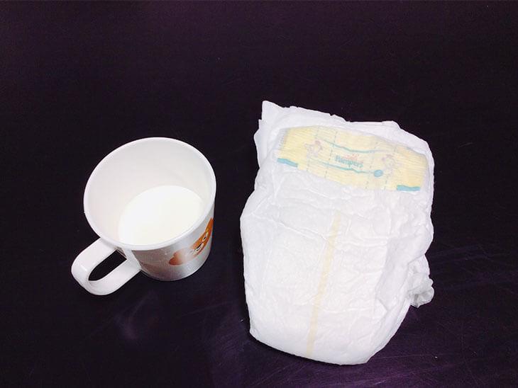 オムツと牛乳の入っているコップ