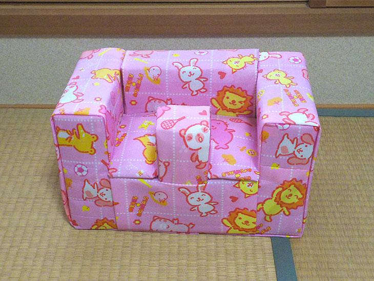 完成した赤ちゃん用バンボ型牛乳パック椅子の写真