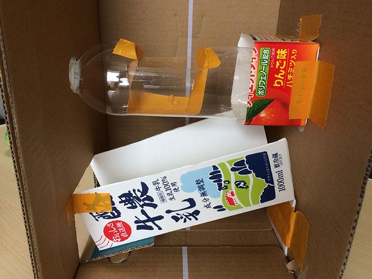 牛乳パックの底に入れたペットボトルを取り付けたダンボール内部の写真