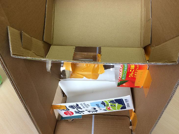 切り抜いたダンボールをペットボトルの上に設置した本体内部の様子