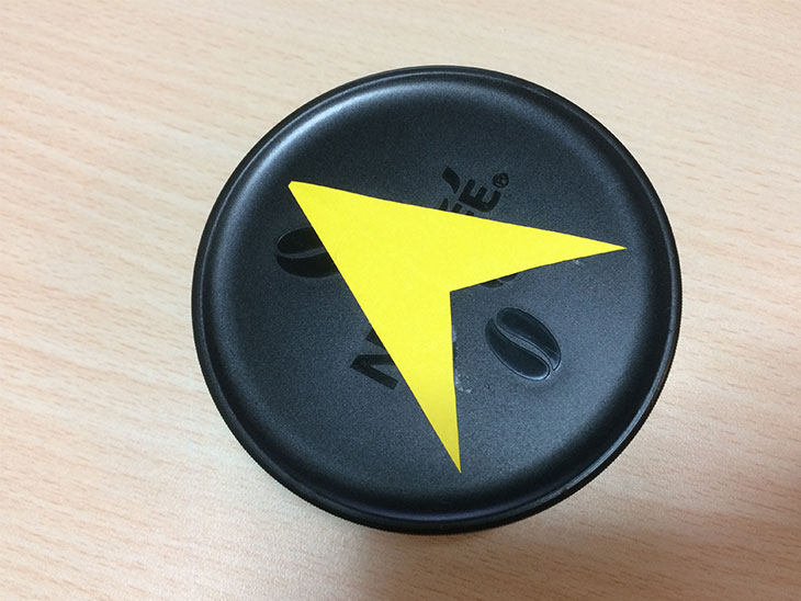 矢印マークをつけたコーヒーの蓋