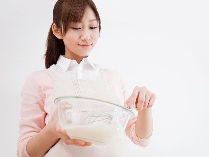 ホイップクリームを混ぜる女性