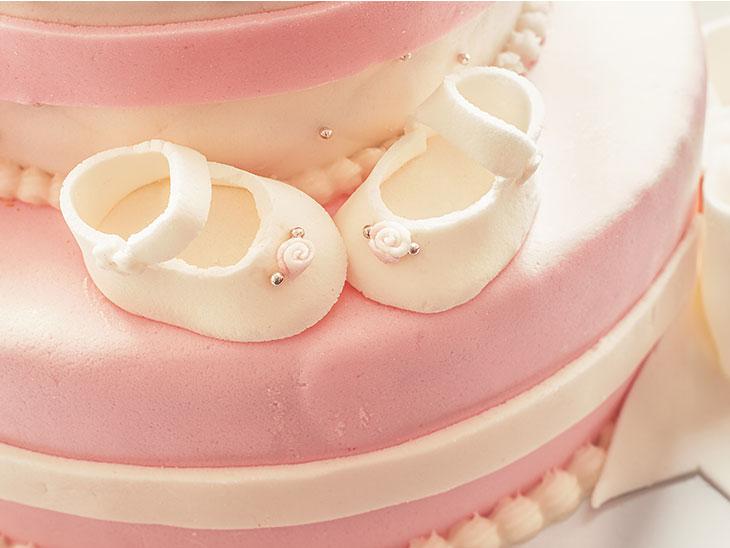 女の子の赤ちゃん向けのピンク色のケーキ