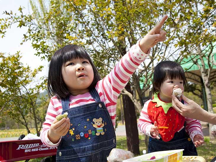 お弁当を食べる子供