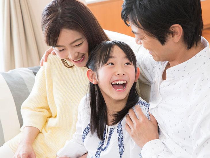 両親と笑顔で話してる女の子