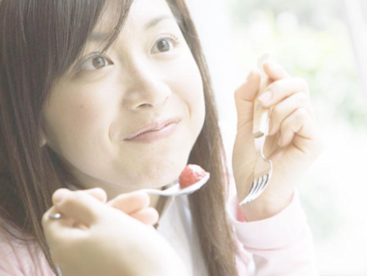 食べながら会話を楽しむ女性