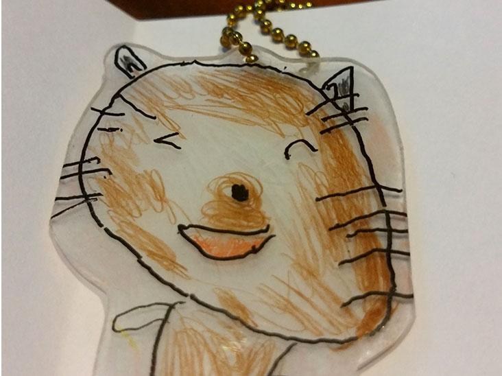 子供が作った三毛猫のプラバンキーホルダー