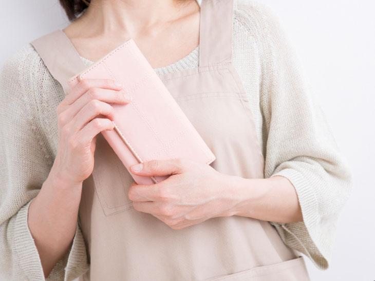財布を持っている主婦