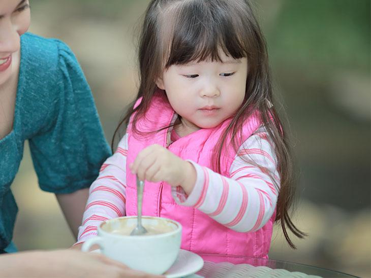 スプーンは持ってるけどご飯を食べない2歳の女の子