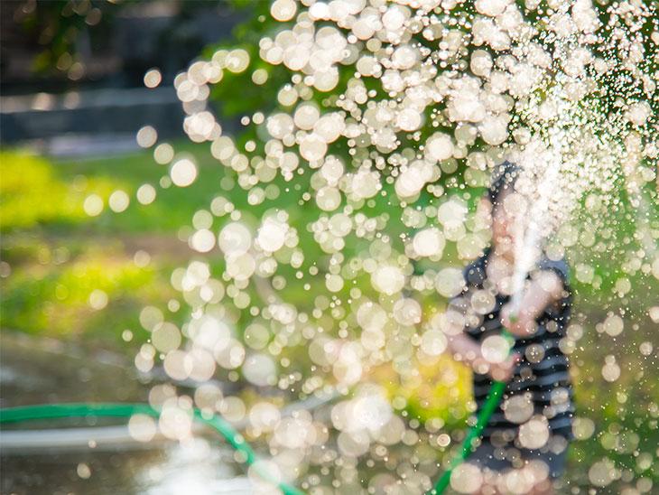 噴水で遊んでる女の子