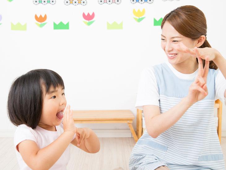 保育園で保育士さんと遊んでる女の子