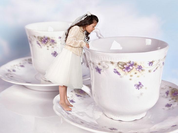 小さくなった少女とカップ