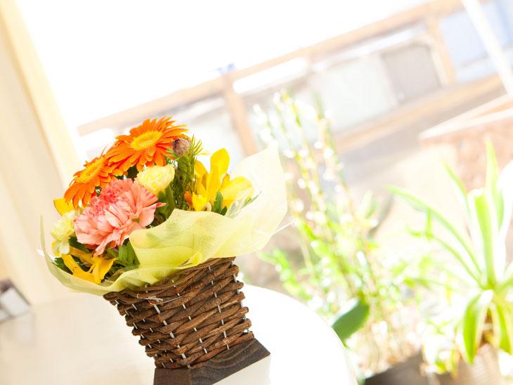 花が置いてある病院の受付