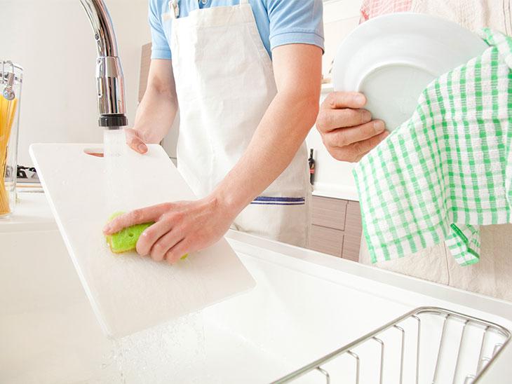 洗い物をする旦那さんの手