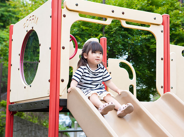 公園で遊ぶ女の子