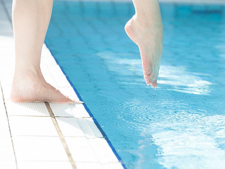 プールに入る女性の足元