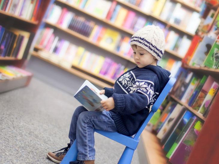 図書館で本をみる男の子