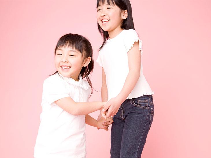 手を繋いでる姉妹