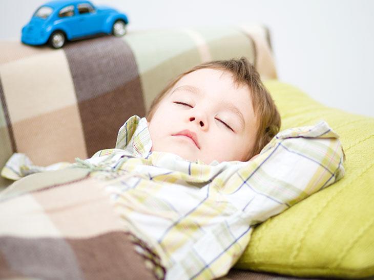 ソファで寝る男の子