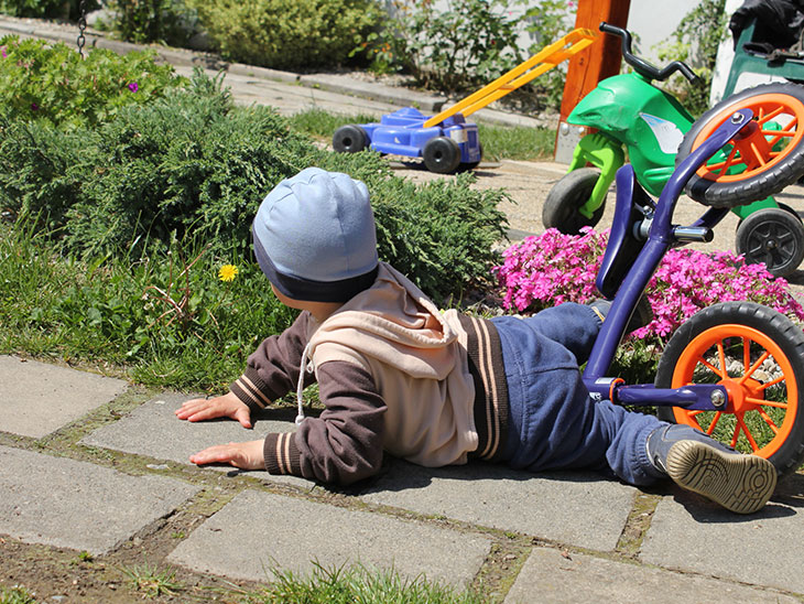 自転車で転んだ男の子