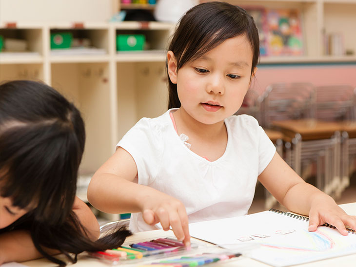 絵を描く園児