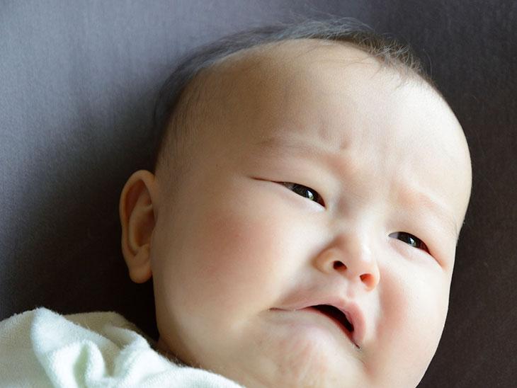 髪が薄いオジサンのような困った顔をした赤ちゃん