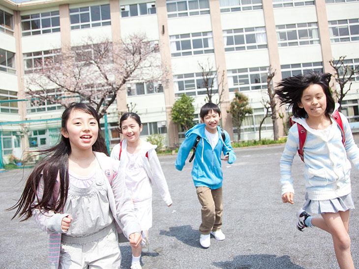 下校中の小学生