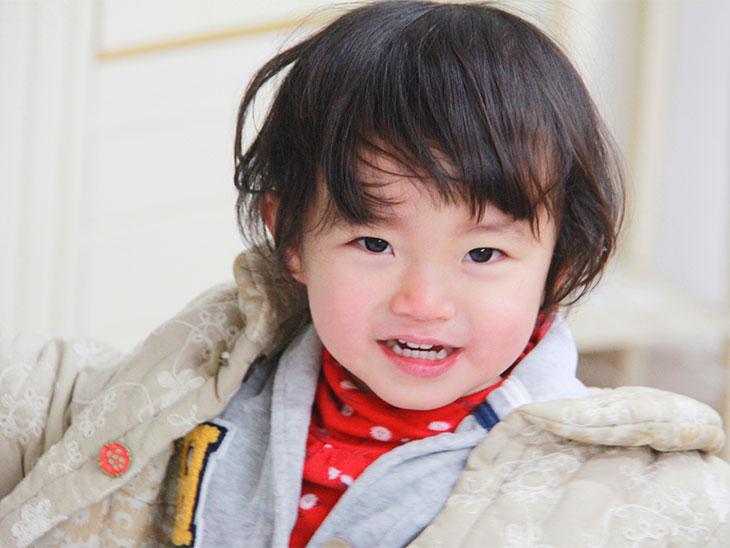 笑顔の2歳の男の子