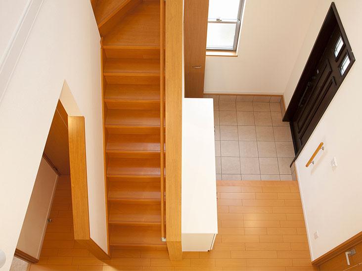 階段の上から見た玄関