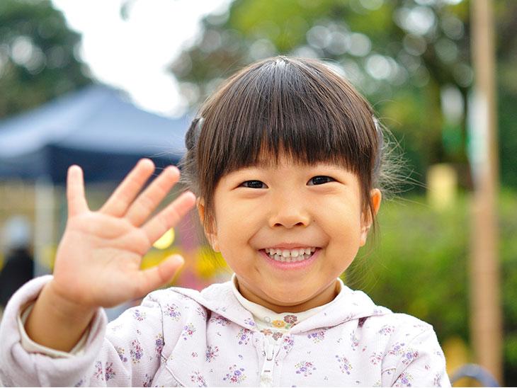 笑顔で手を振る女の子