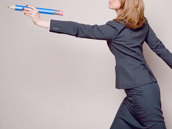 鉛筆を投げる女性