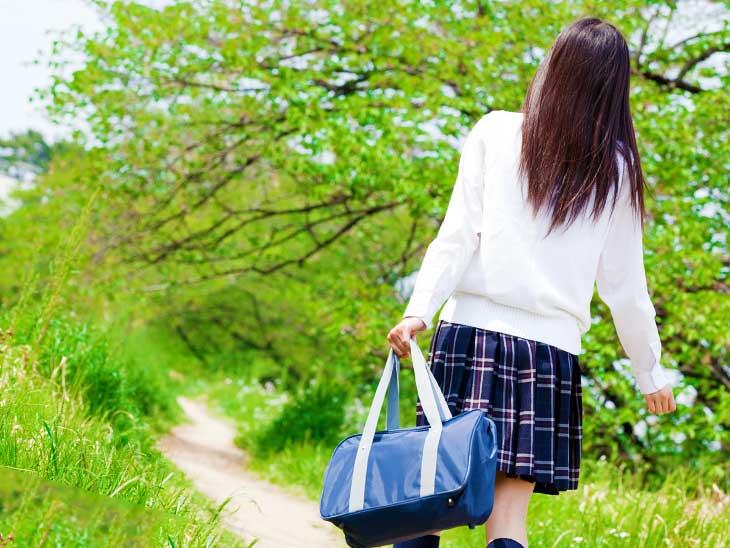 楽しそうに学校に向かって歩いてる女子中学生の後ろ姿