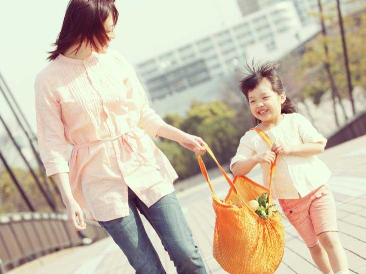 母親の買い物の手伝いをしている女の子