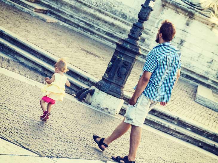 子供から目を離さないように付いて歩いているイタリア人パパ