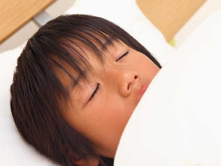 ぐっすり寝てる小学生