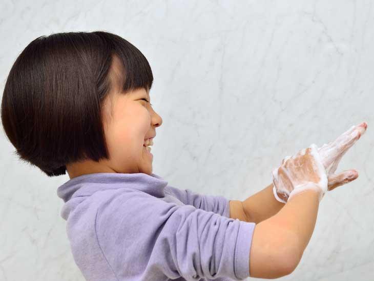 手を洗っている女の子