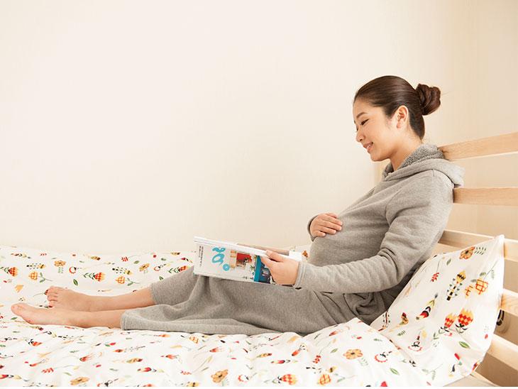 ベッドでくつろぐ妊婦さん