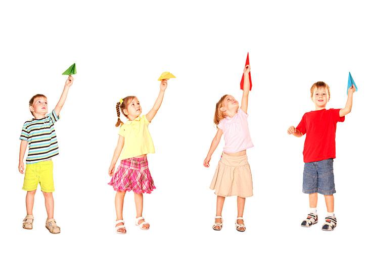 紙飛行機を飛ばす子供達