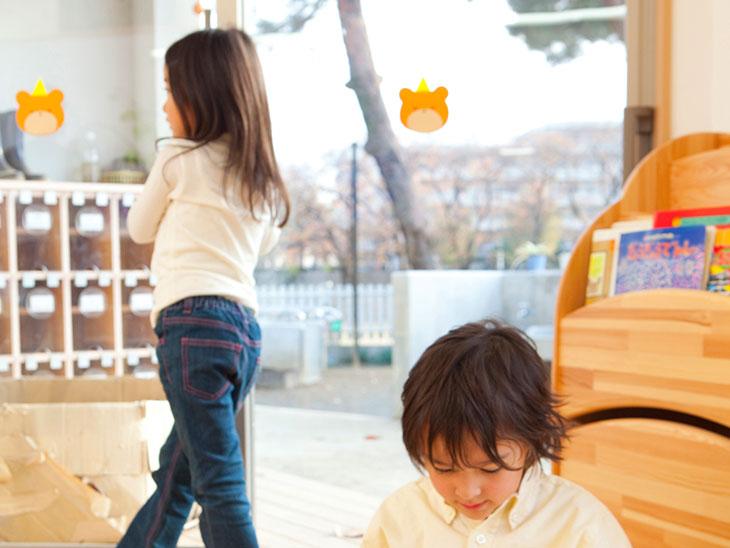 幼稚園でそれぞれ遊んでいる園児たち