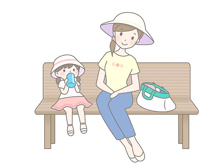ベンチで休憩する親子