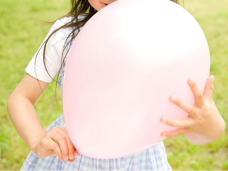 風船を持つ子供の手