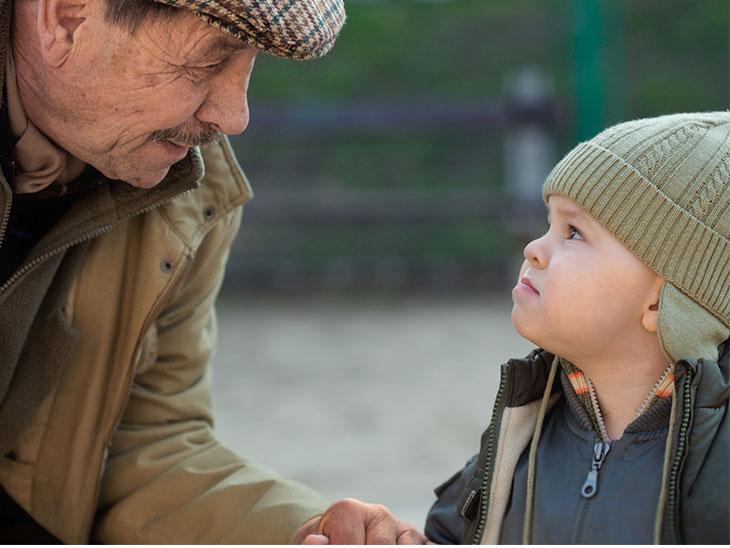 見つめ合うおじいちゃんと孫