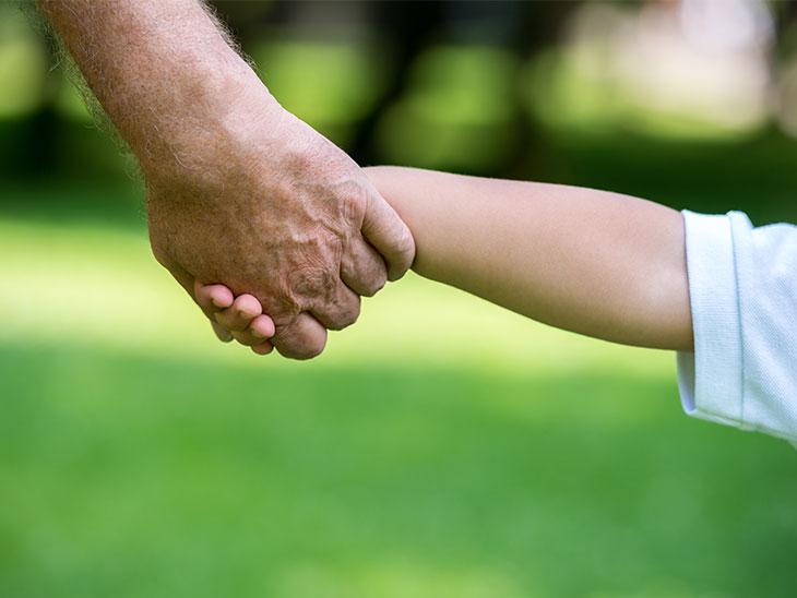 公園で遊ぶおじいちゃんと子供の手